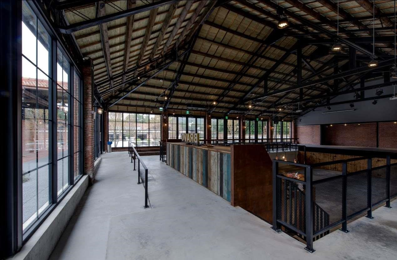室內泳池改建成的酒吧舞池區。