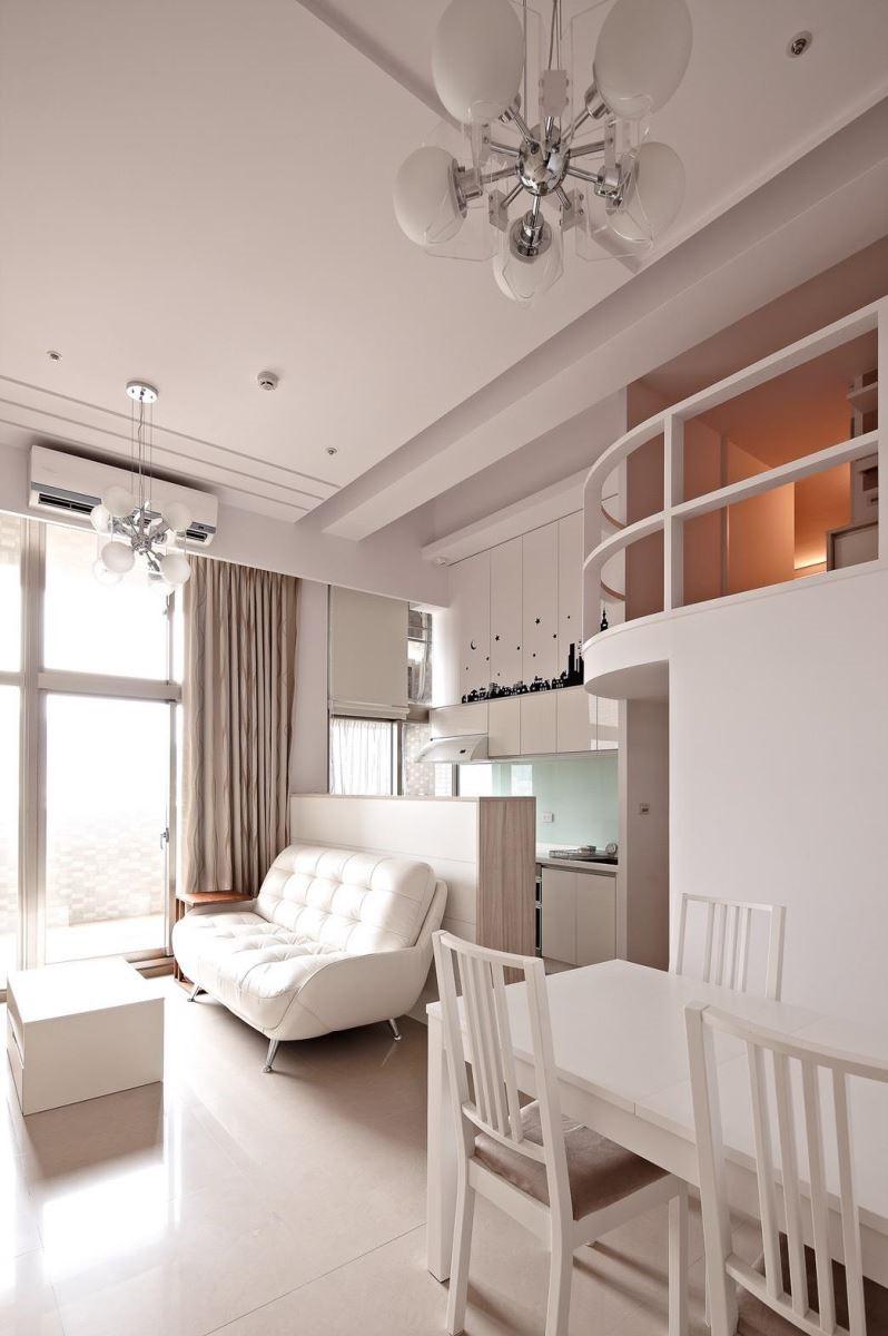 開放式廚房依據使用習慣可以設置中島吧台,不僅在無形中劃分場域,更能串連整個開放式空間。