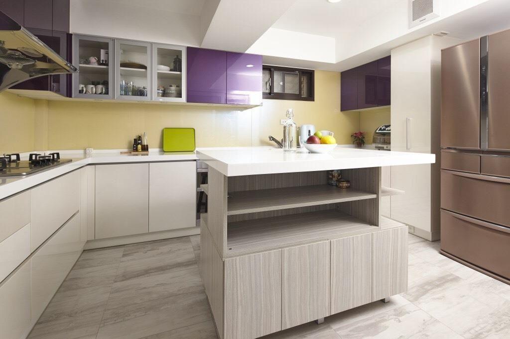 收納原則以身高中段切分 4 段為佳,常用的鍋具放在中段偏下、少用且沉重的鍋具則放在最底層;常用且重量較輕的廚房用品則放在中段偏上。