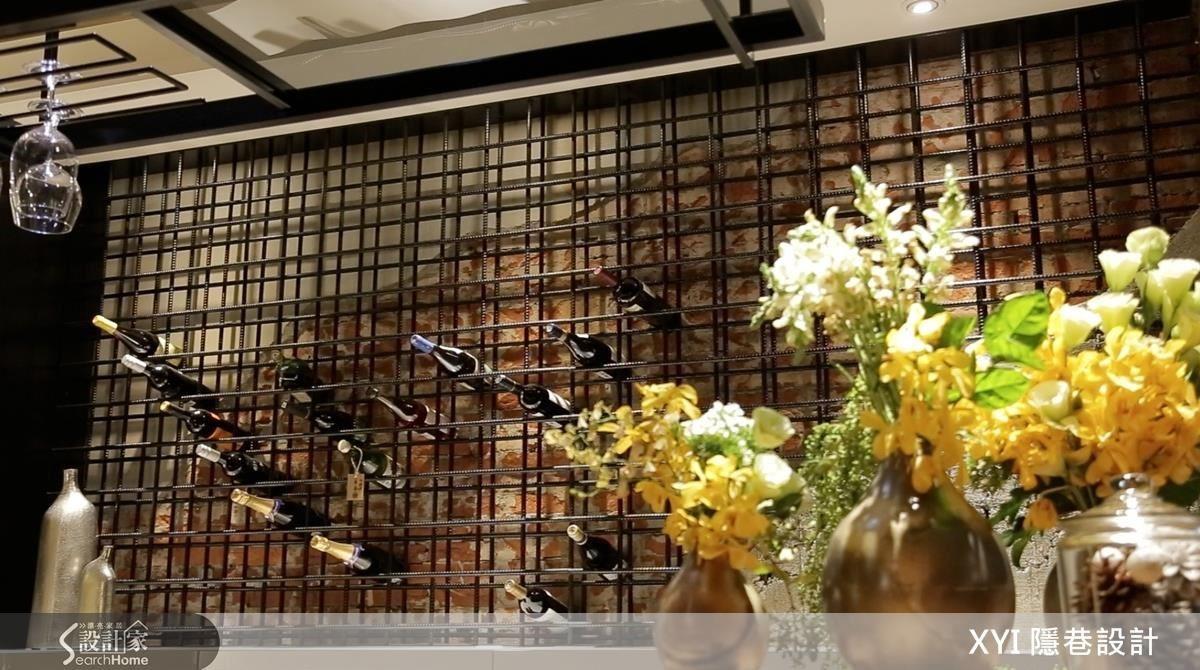 位於中心的吧台與酒架,以繁複精緻的工法,完成了屋主喜愛又獨樹一格的工業風端景。