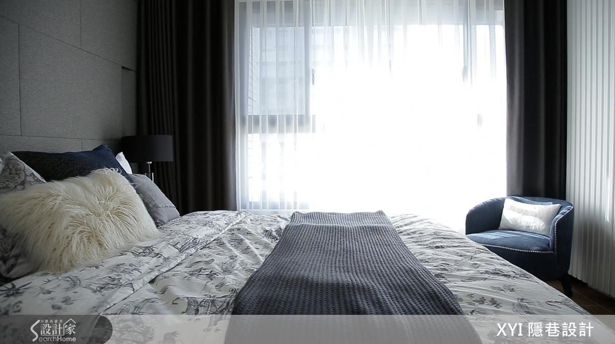 主卧延續簡潔明亮的風格,床背牆以布紋質感的灰磚構成俐落,櫃體則呼應空間中的線條語彙。