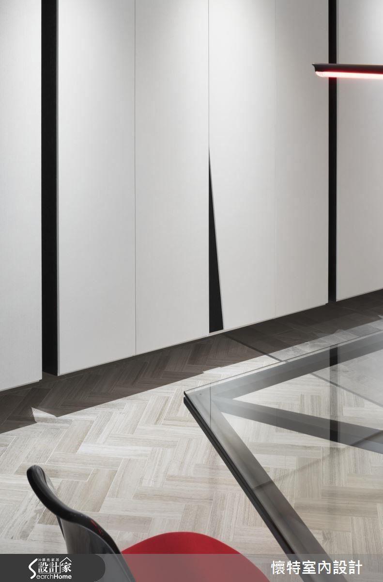 刻意在收納櫃體設計不規則的黑色槽縫,彷彿是光劍對決留下來的痕跡。而武器呢,在和平之後就留下來當門把和燈飾了。
