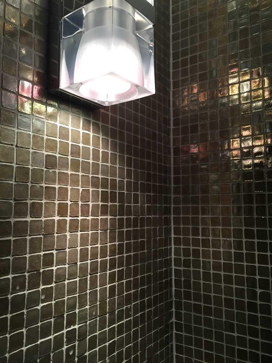 復古金貝殼感的馬賽克,填縫採中立的水泥原色(攝於大阪阿倍野Hotel Trusty)。圖片提供_林黛羚