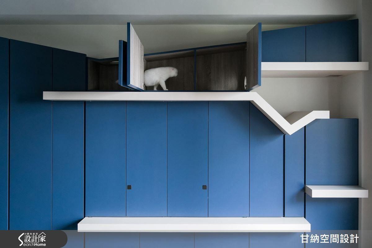 藍色收納的上方結合貓跳檯,讓貓咪得以悠閒的遊走在斜線切割的空間裡。