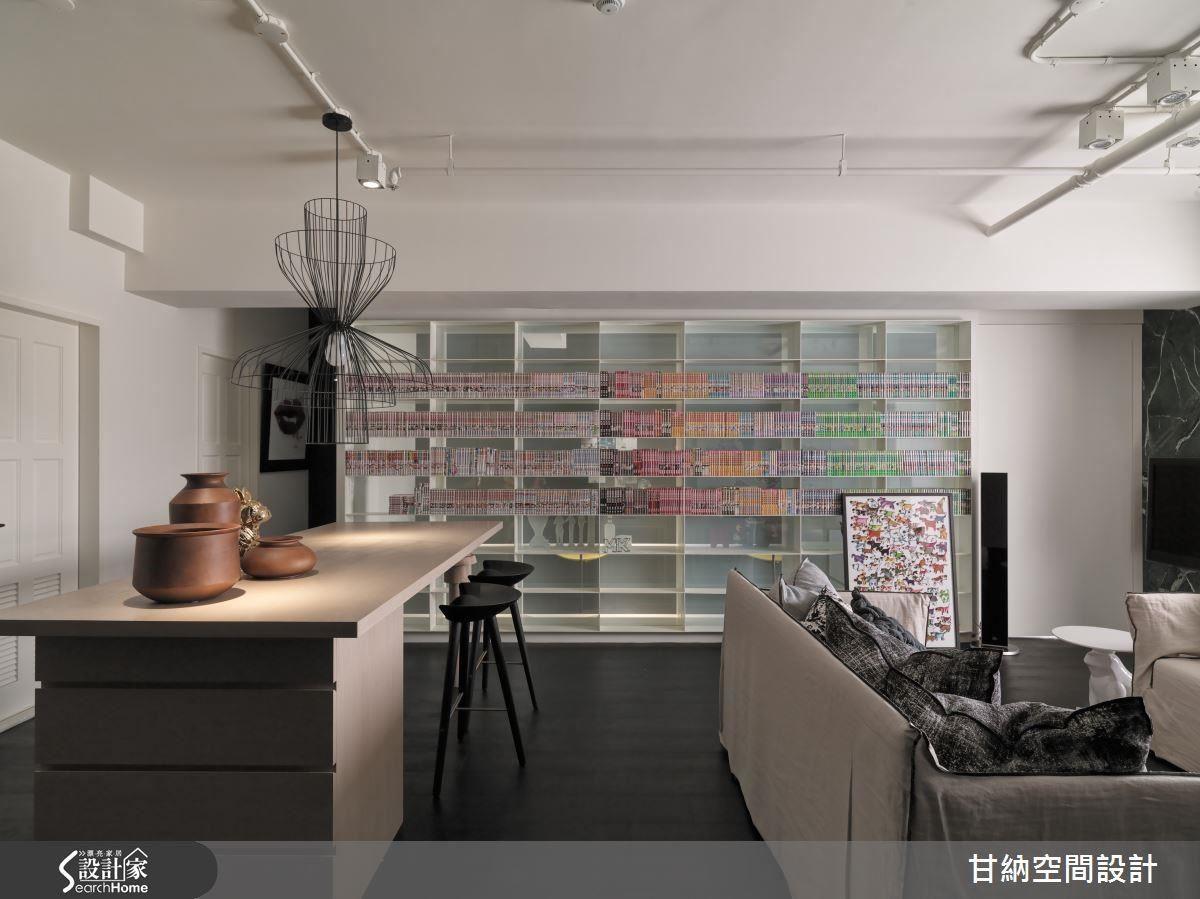 利用整面書牆拉出公領域的視覺重點,佈滿漫畫的陳列方式,則凸顯屋主的興趣與收藏。