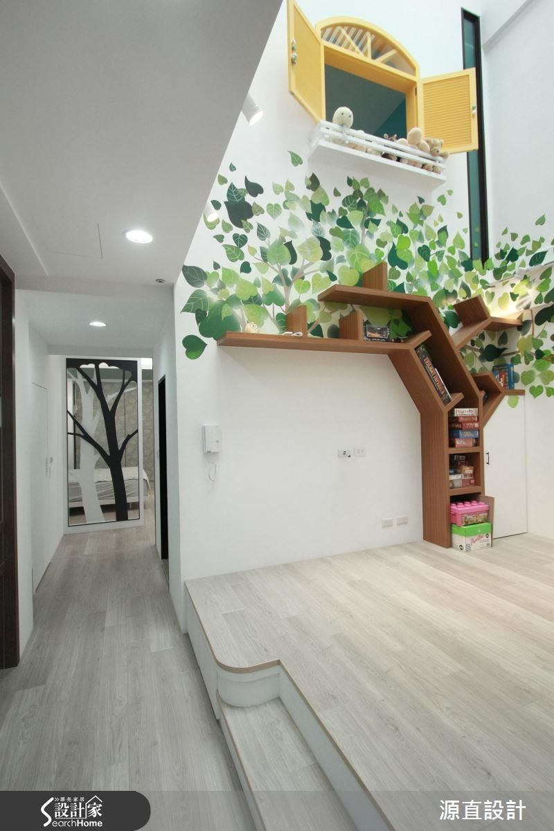 以「大樹」為主題,二樓起居間透過大樹彩繪及窗檯擬作戶外景,主臥則以扁鐵雙色烤漆的夫妻樹造景屏風作呼應。