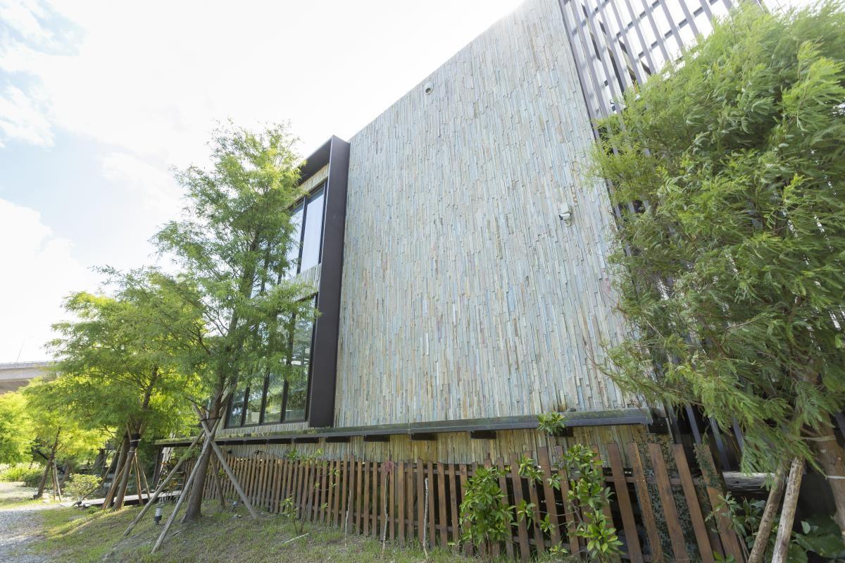 樹屋外觀以特殊的長方形切片片岩作拼貼,帶出竹林間的一抹詩意,衍伸出自然古樸的韻味性格。
