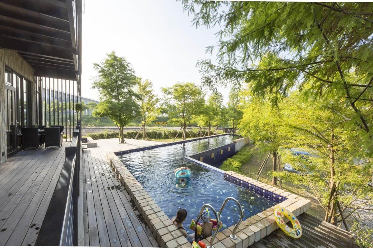 特別的ㄑ字型游泳池,延伸了屋型,呼應了原有的灣曲主題,在樹屋及落羽松的陪襯之下,如鏡面反射倒影,這是熱愛游泳的姜先生最喜歡的一個區域。