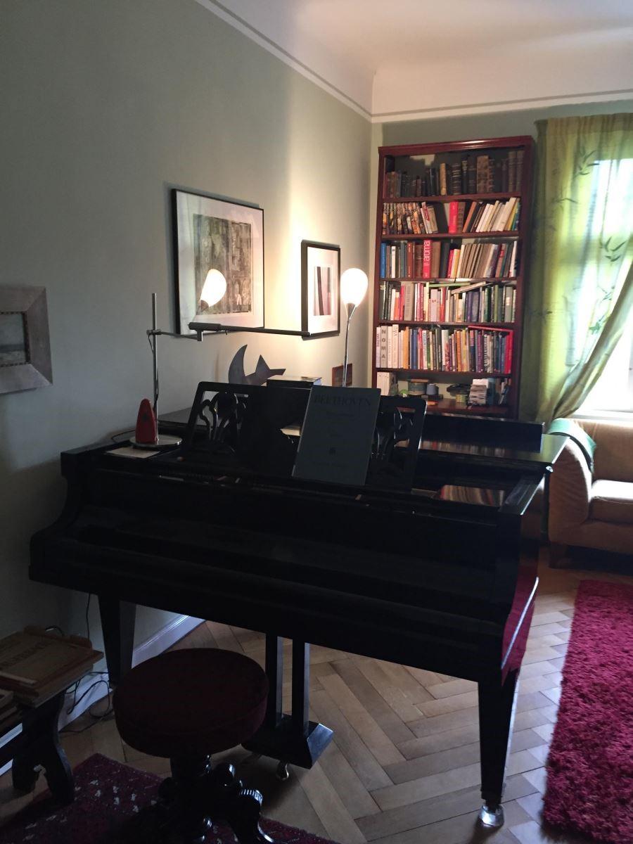 陽光灑進客廳窗邊,Mr. Von Reiche 將最愛的詩詞撰寫在窗簾上,如風徐徐地吹進屋內,在有一百歲歷史的古董鋼琴彈奏下,Mr. Von Reiche 精湛的琴藝讓人如癡如醉,可見音樂及藝術的陶冶,對於德國人來說是不可或缺的一部分。
