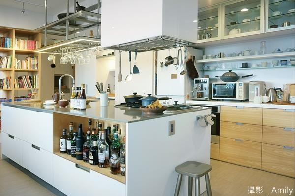 知名作家葉怡蘭將廚房空間放至最大,以中島吧台為主角,選用適合的櫃體搭配五金,仔細推敲了 17 年,獲得臻至滿意的廚房。