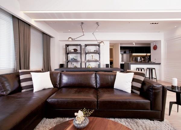 利用開放式設計搭配富有質感的棕色調,佐以粗獷的鐵件點綴,更依據屋主的興趣納入 DJ 檯面,讓獨處、聚會兩相宜。