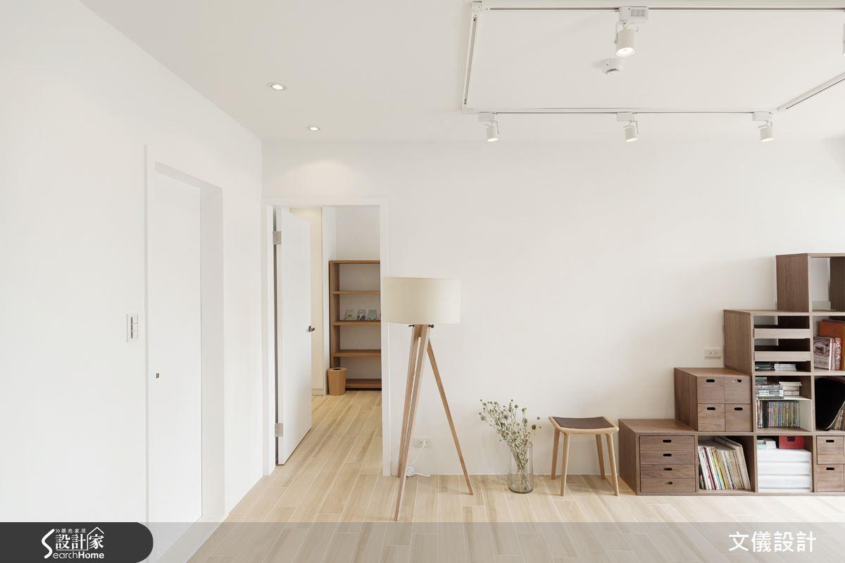 建議可以選擇易清潔的耐磨地板與可隨心組合的收納櫃,讓維持整潔成為一件簡單的事。