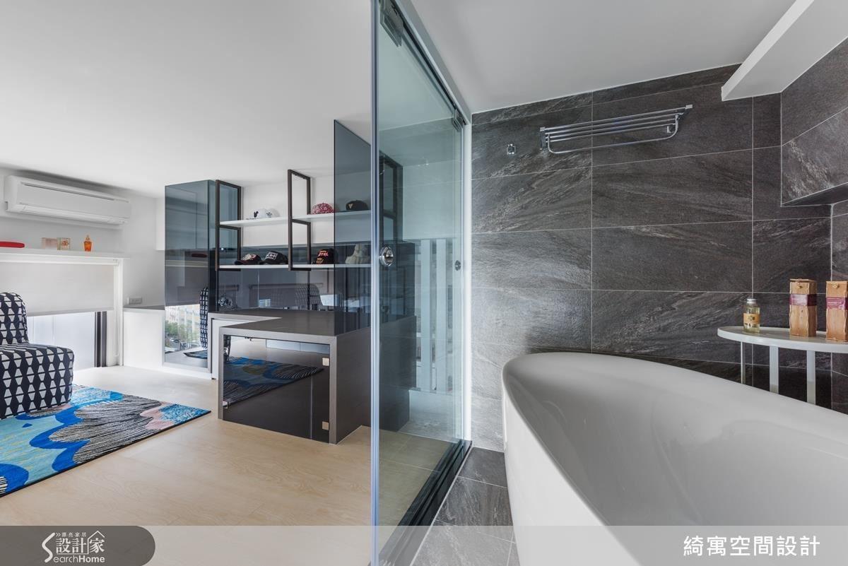 分區不分隔的空間延續讓在此度假的屋主也能在泡澡的同時,以視線直接穿透玻璃跟著日月俯瞰城市。