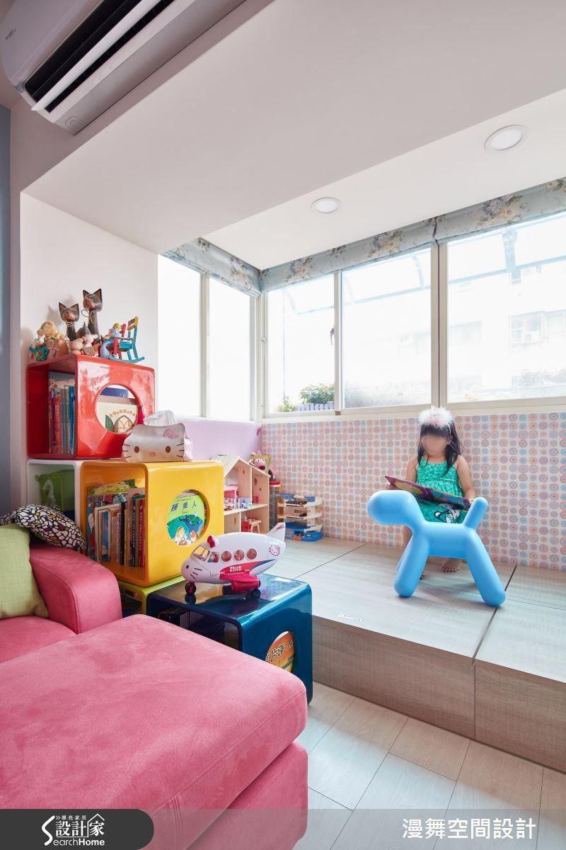 墊高地坪規劃一處帶有收納與客房機能的兒童遊戲室,讓孩子與爸媽擁有足夠的同樂空間,又不會壓縮到其他空間用度與動線。