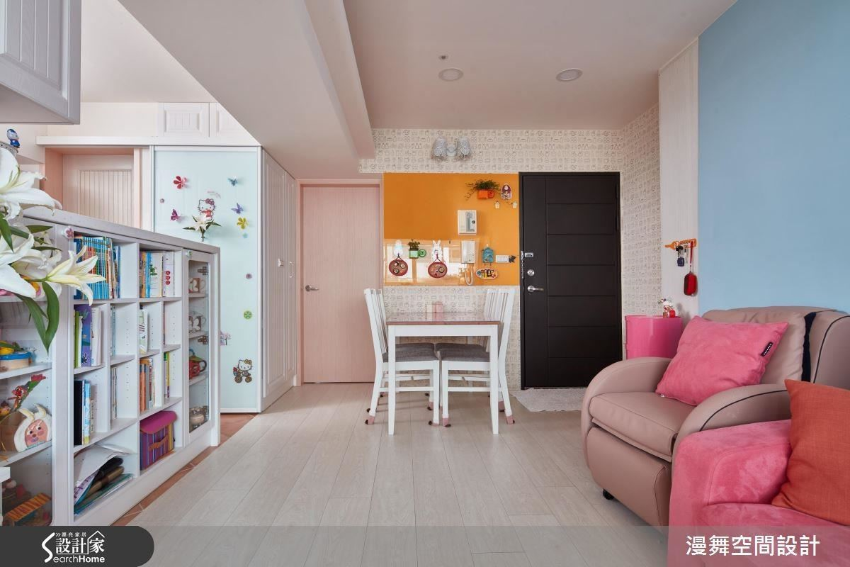 特意分割餐廚與複合空間動線,避免孩童因為玩耍而接近容易產生危險的場域,開放設計同時也方便家長隨時照看孩童狀況。