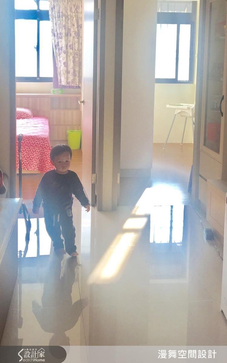 掌握開門方向,就能隨時為客廳引入明亮日光。