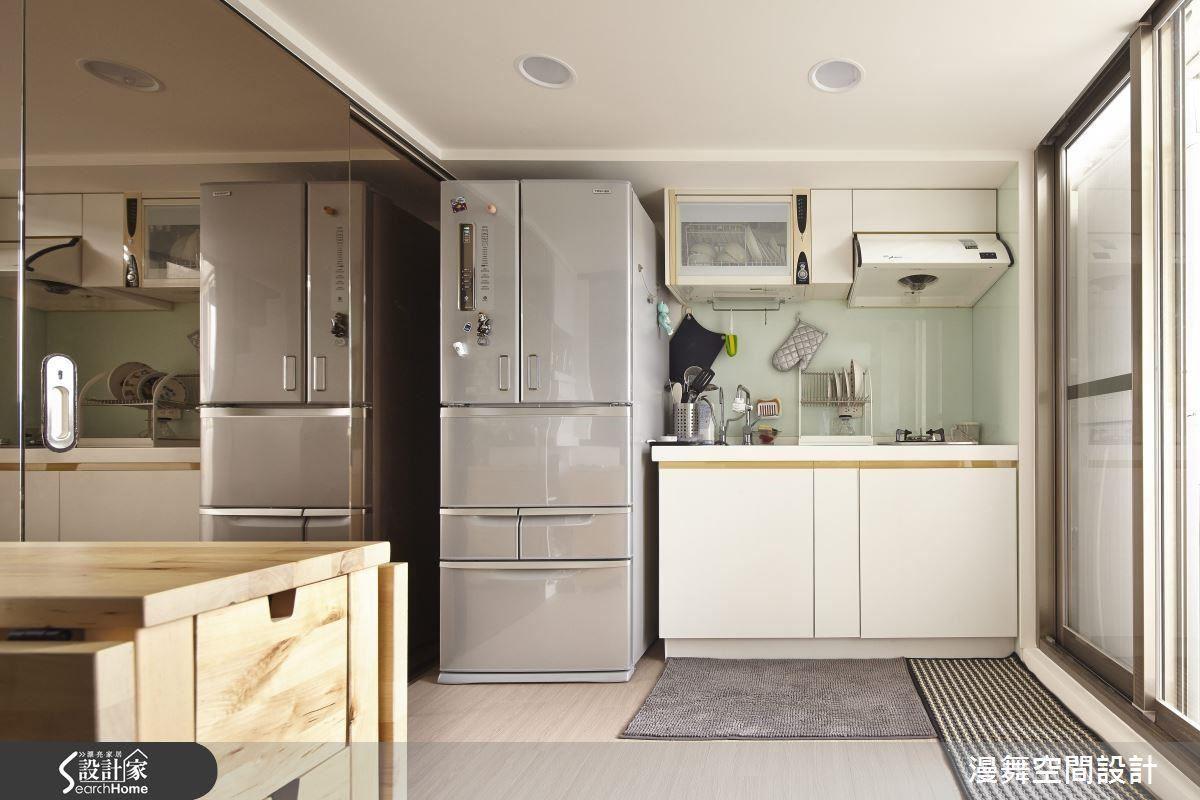 挑選座向優良、開窗面積適中處作為開放廚房的設置點,搭配排風機與抽油煙機,可有效降低油煙倒灌的疑慮,建立優良通風系統。