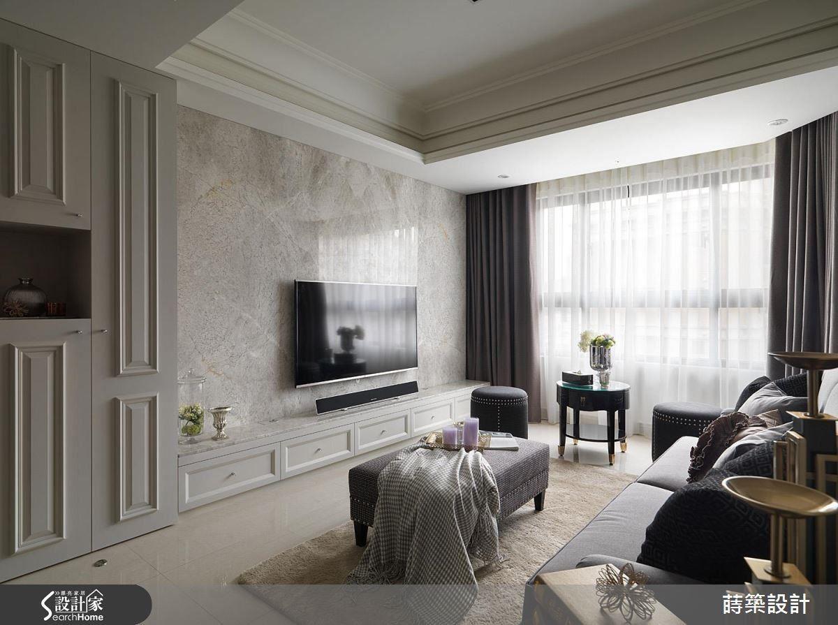 電視主牆則選用高雅的安格拉珍珠石,周邊給予細膩的線板點綴,對映沙發牆的圖騰壁紙,演繹低調不失貴氣的質感。