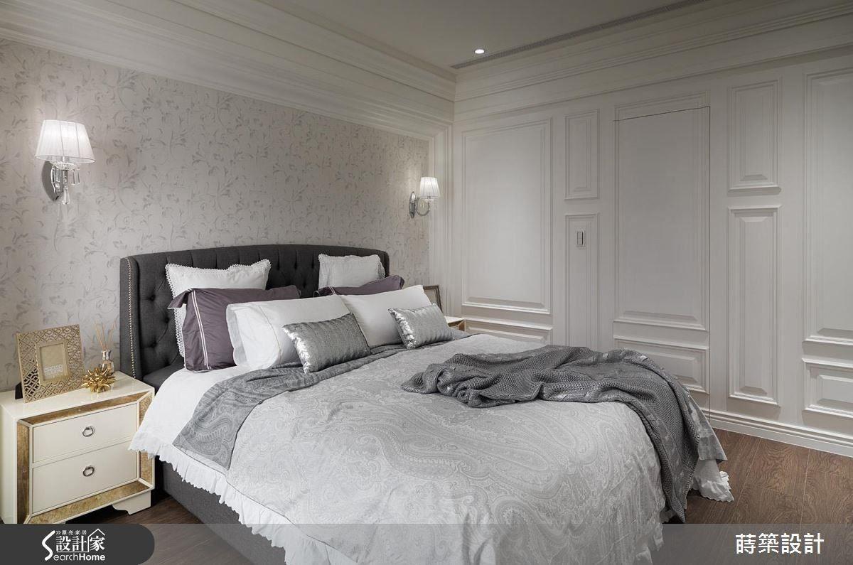 主臥床頭鋪述素雅的淺色壁紙,一旁牆面飾以轉折的線板框架、巧妙隱藏主浴入口,並保留房內整體的寬敞餘裕,於靠窗處預留嬰兒床位置,細心地體貼屋主夫妻未來生活所需。