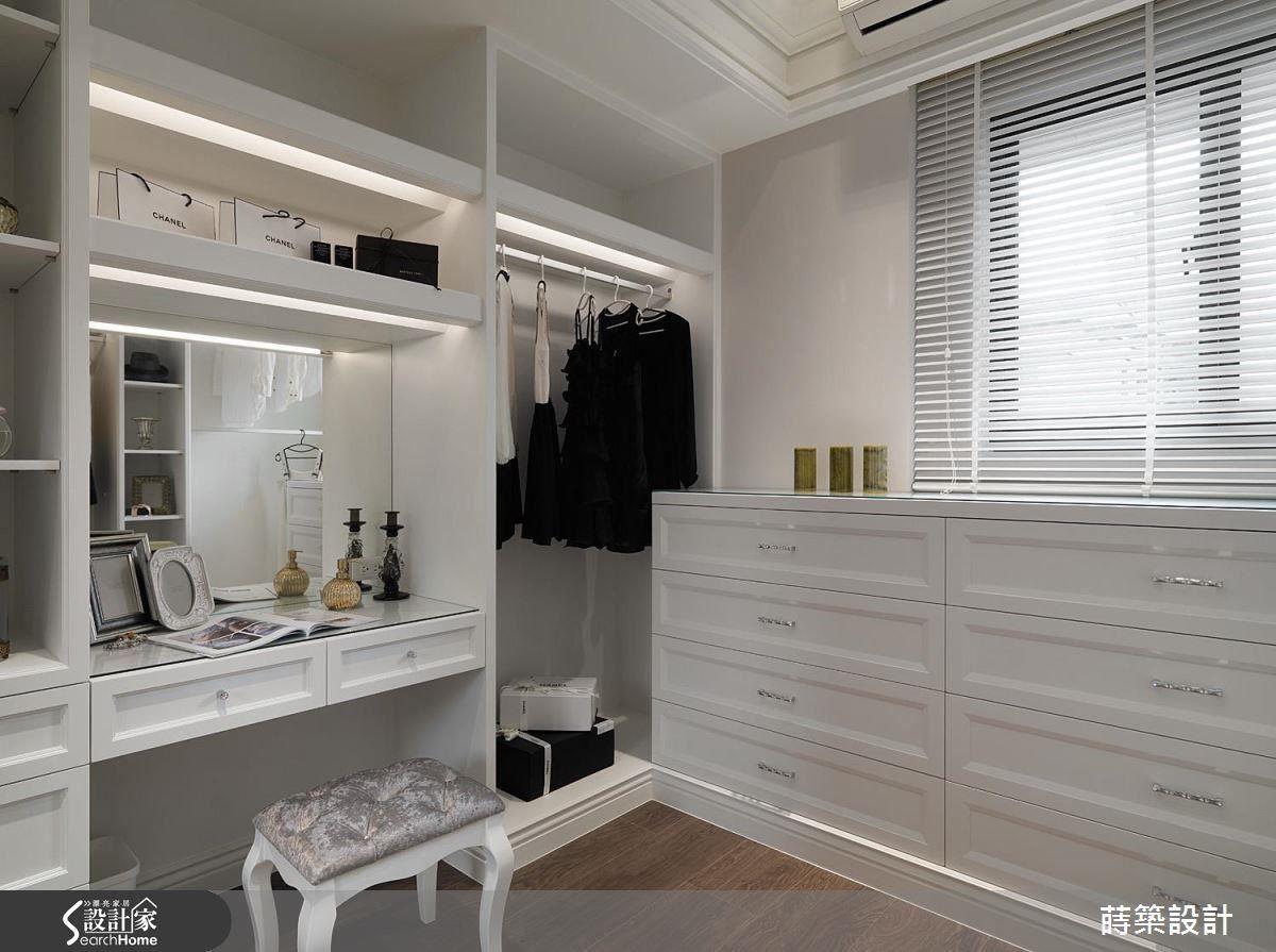 白色櫃體配合間接光源,營造整體的明亮時尚氣息,手把上點綴施華洛世奇的水晶增添精緻感,許多細節處都可見設計師的用心。