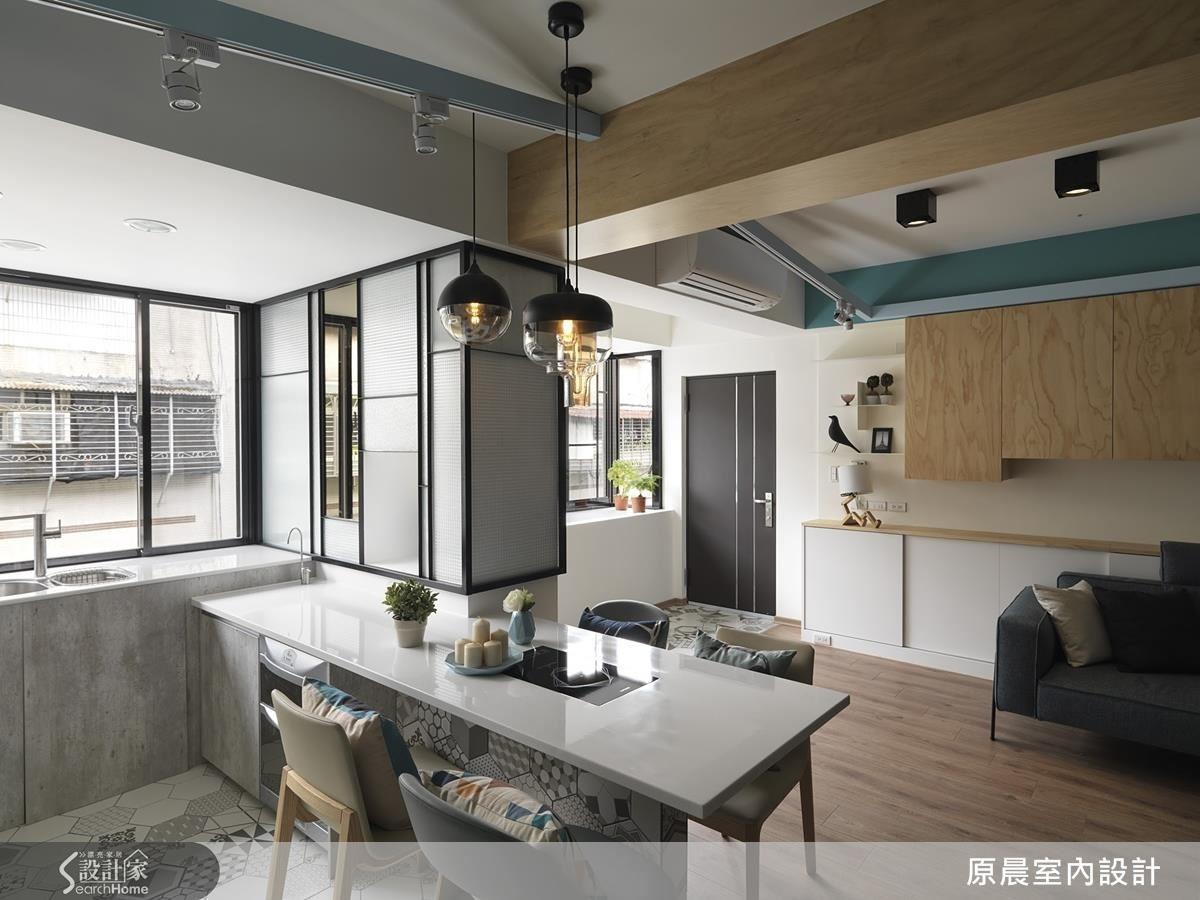 原本的臥房分散在屋子前後兩端,經過空間位移後,臥房集中在同一側,另一側是客廳、開放式廚房及餐廳,把公私領域劃分開來,透出來的陽光更具吸引力。