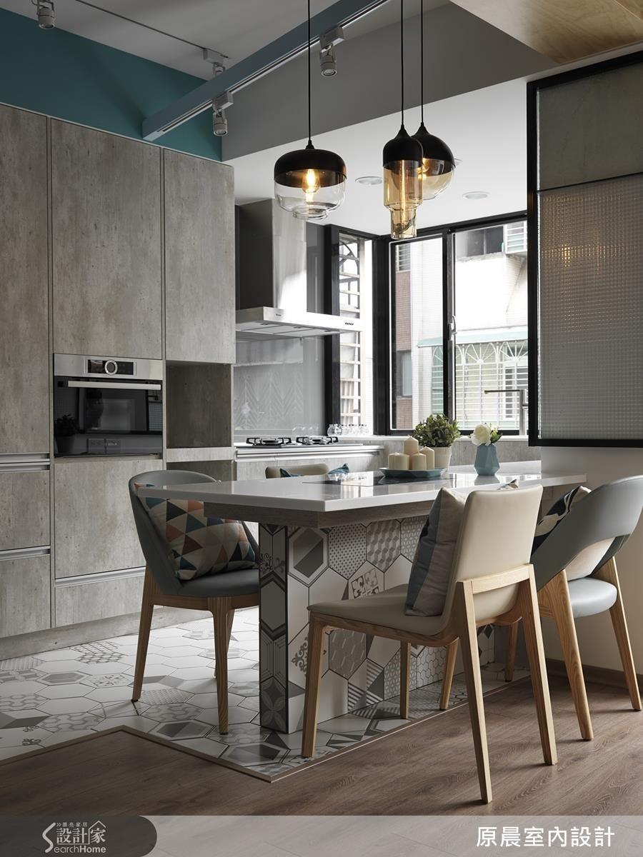 耐清洗、耐髒的系統櫃面,仿清水模風格易於養護,更襯托廚房的樸實,地面則以耐刮磨的花磚,鋪設出一條藝術風的假地毯。