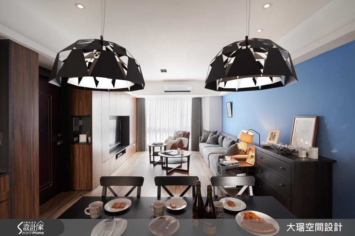 以往客廳獨立大主燈的觀念,已被許多創造情境的輔助燈取代;除了主燈,善用間接照明、立燈與色溫和緩的黃光或彩色 LED 燈,為單一空間創造豐富表情。