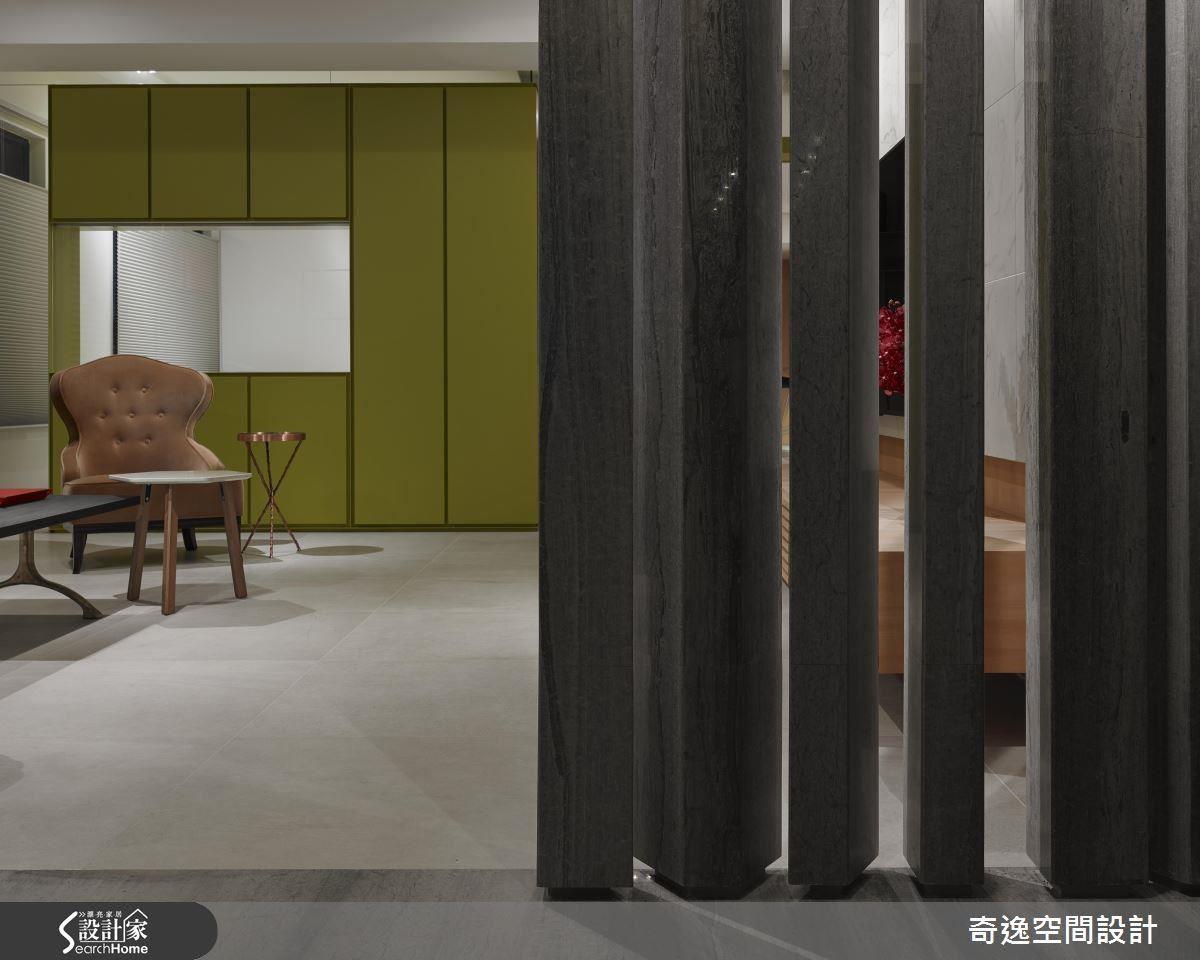 青綠色的鐵盒作為多功能室的牆面,郭柏伸設計師不論在造型、材質和色彩,都大玩創意顛覆你的想像。