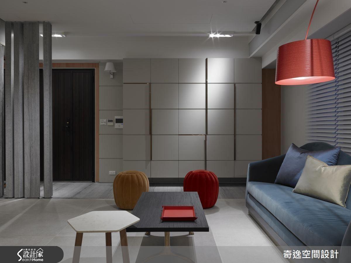玄關落塵區以不同材質磚與客聽做出區別,櫃體是整體空間主題的起始點,櫃體門面以方格狀區分,門把以金屬點綴造型的活潑並提升精緻度。