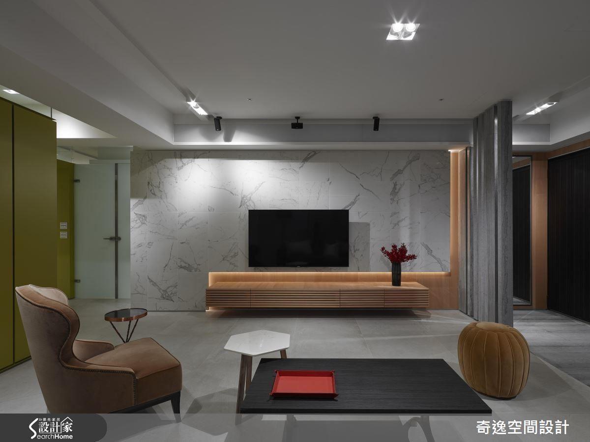 電視牆也有設計師大玩方格的創意,不刻意對大理石方磚的花色,在灰色調中拼出豐富樣貌。