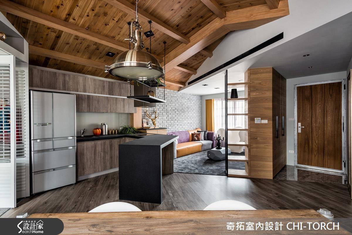 如果不是住在頂樓,可是又想擁有閣樓感,也可以利用木作與木樑創造斜屋頂造型!