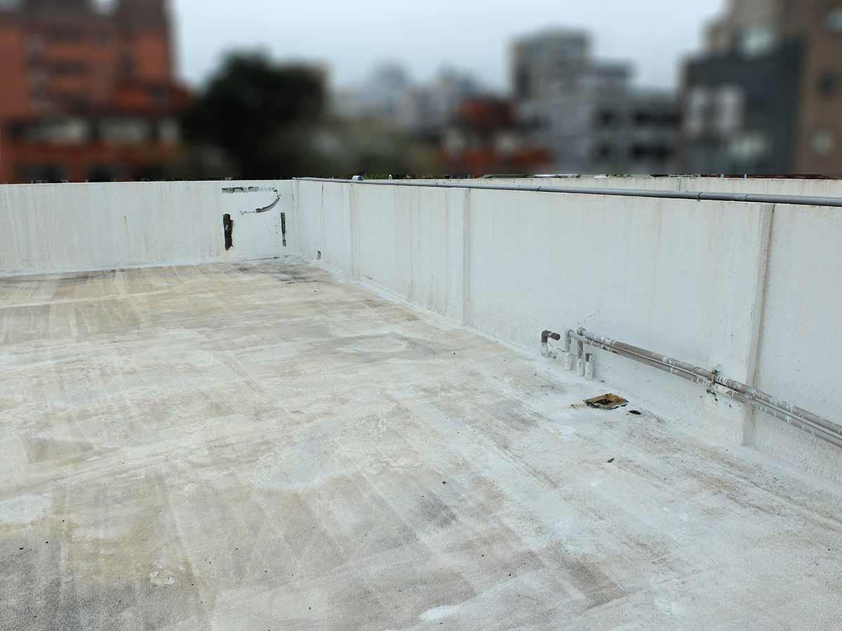 頂樓樓地板若沒有定期做防水保養,容易加速老公寓的老化。圖片提供_林黛羚