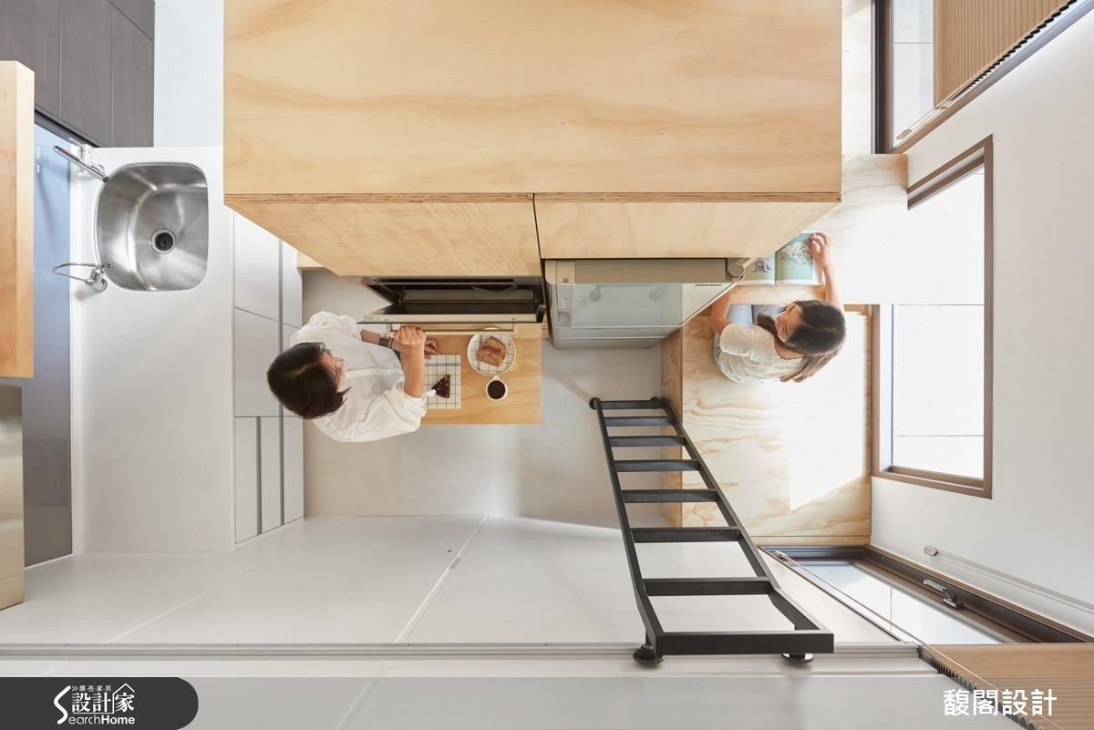 不做夾層設計,整體空間保留挑高視感,並將收納機能整併於櫃體。