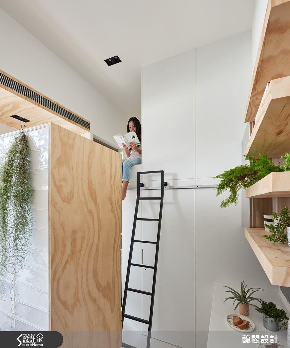空間裡搭配爬梯設計,讓居住者可隨需求自由移動。