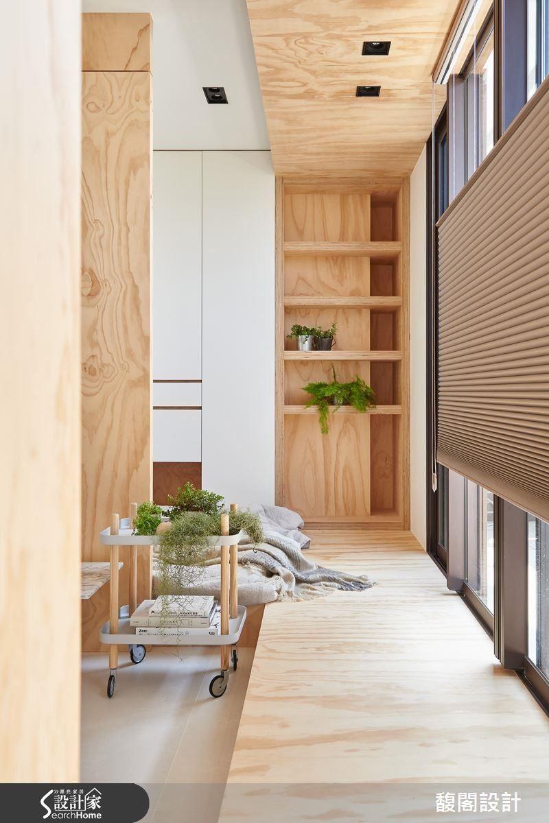 原木質感蔓延至天花與地坪,且將收納機能置入壁面,串聯起領域與功能性。