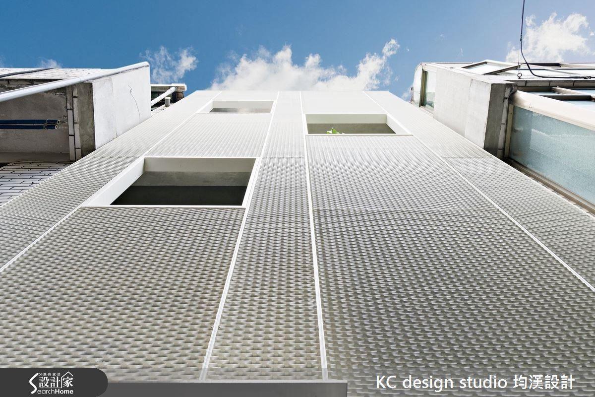 老屋改造的結構加強尤其重要。設計師在外皮加強隔離濕熱,運用立體擴張網,藉由孔洞引入光線,又保有隱私。