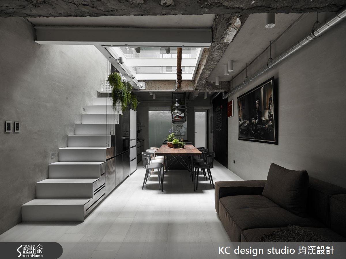 克服施工困難,從三樓開到一樓的天井,讓原來採光不良的老屋也能成為節能減碳的舒適住宅。