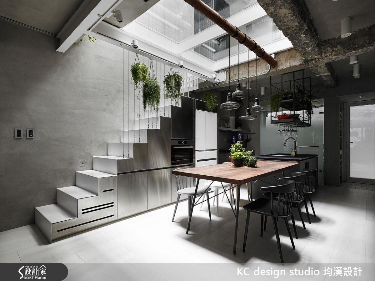 樓梯下方是不鏽鋼櫃體,讓空間維持乾淨的灰色調性,又帶點不同材質的豐富層次。