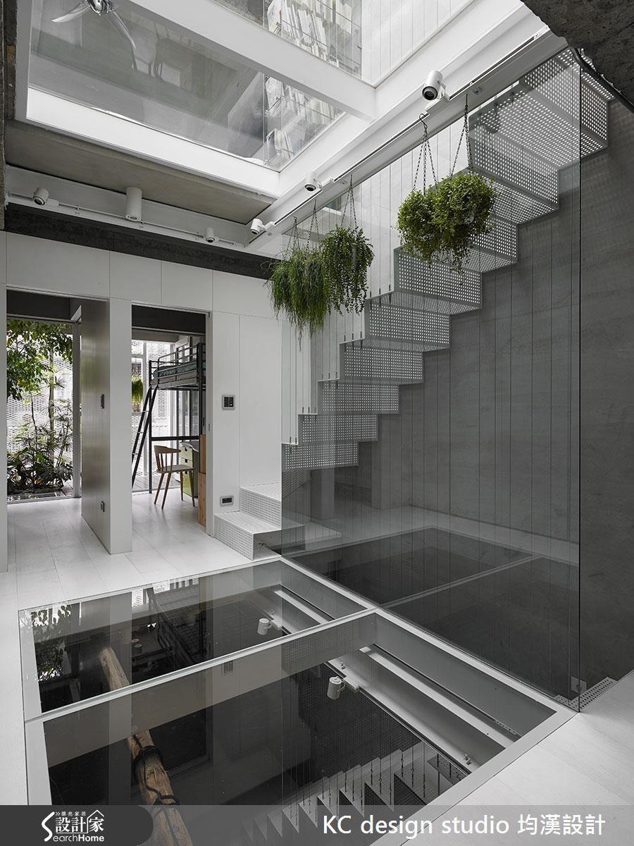 2 樓是兩個男孩的房間和遊戲區,房間外就是半戶外綠意造景,在充滿陽光又能與樓下互動的玻璃平台上遊戲,別有一番樂趣。