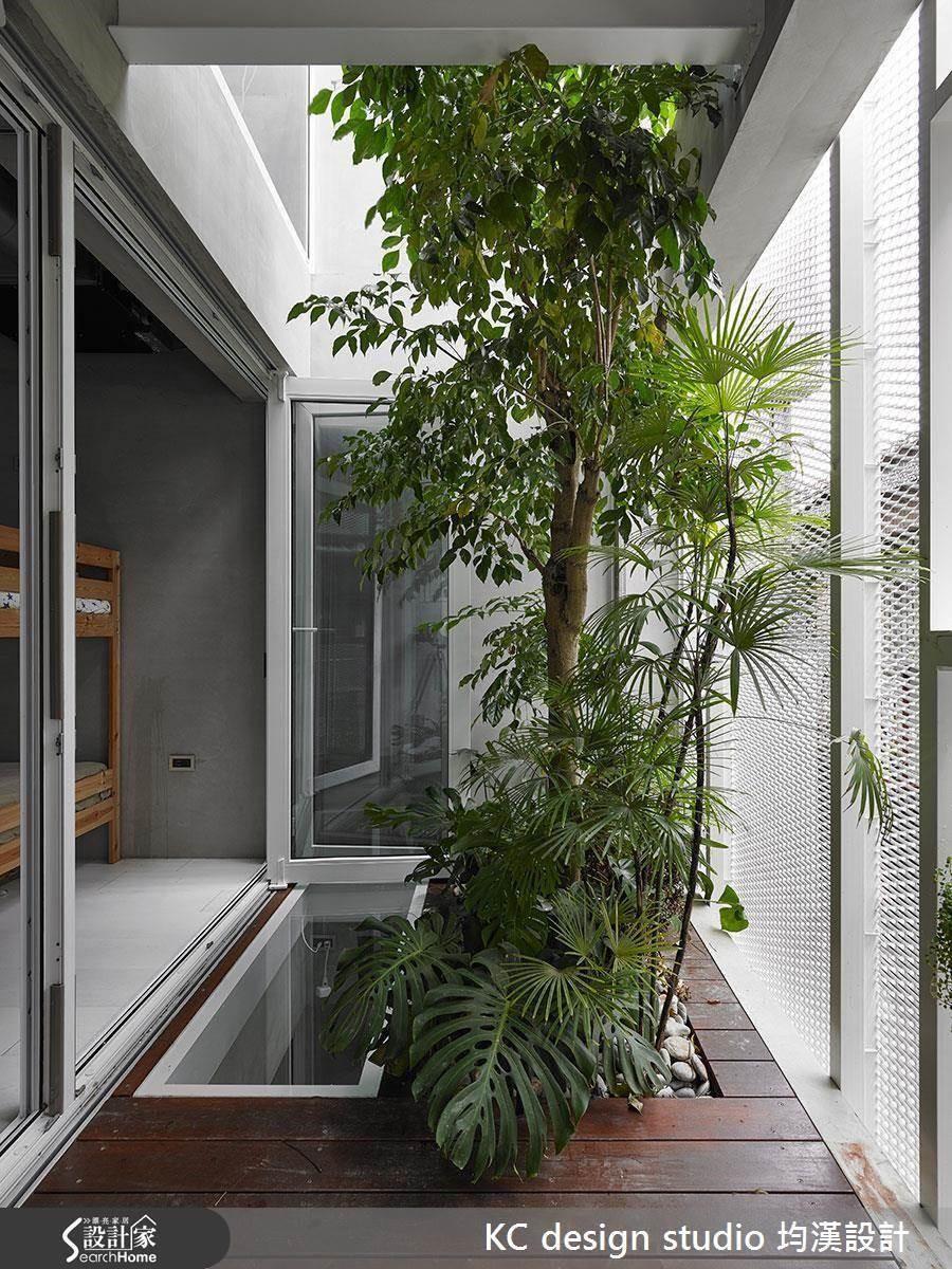 2 樓陽台和 3 樓相通,綠意向上攀升到主臥的窗外。
