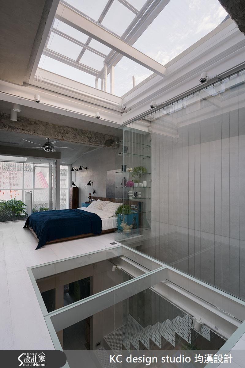 3 樓是主臥空間,和 2 樓同樣的白色基調,多了一點屋主喜愛的老家具和生活品味展現。