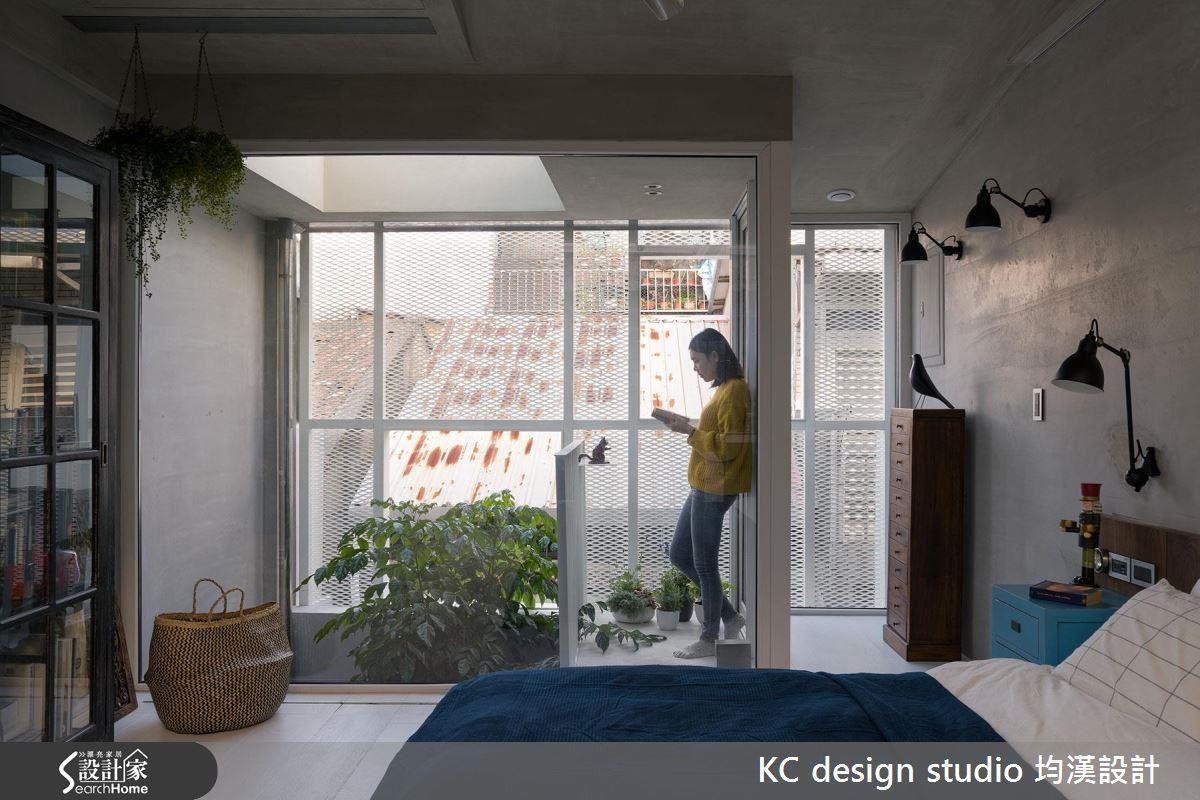 三樓設計了小露台,天氣晴朗時也能享受戶外閱讀的樂趣。