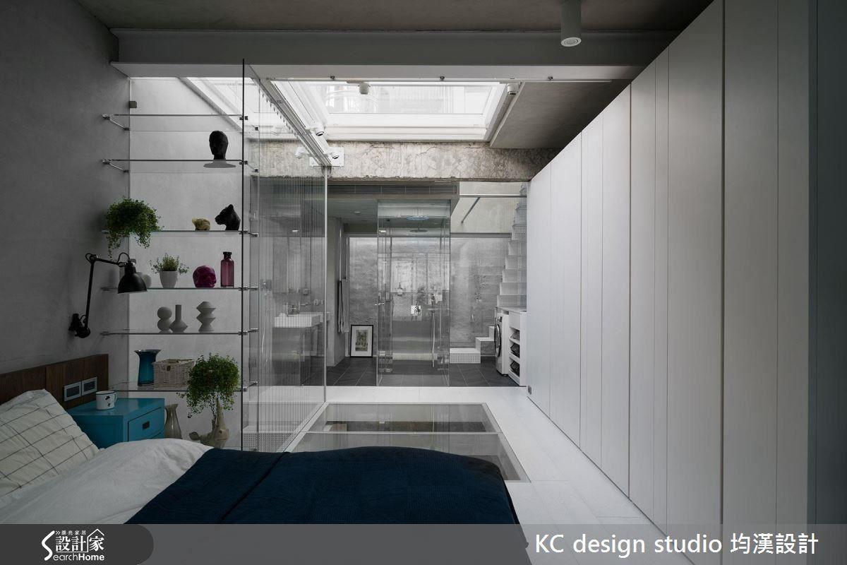 廁浴空間以透明玻璃區隔乾濕,維持視覺的延伸,放大空間。