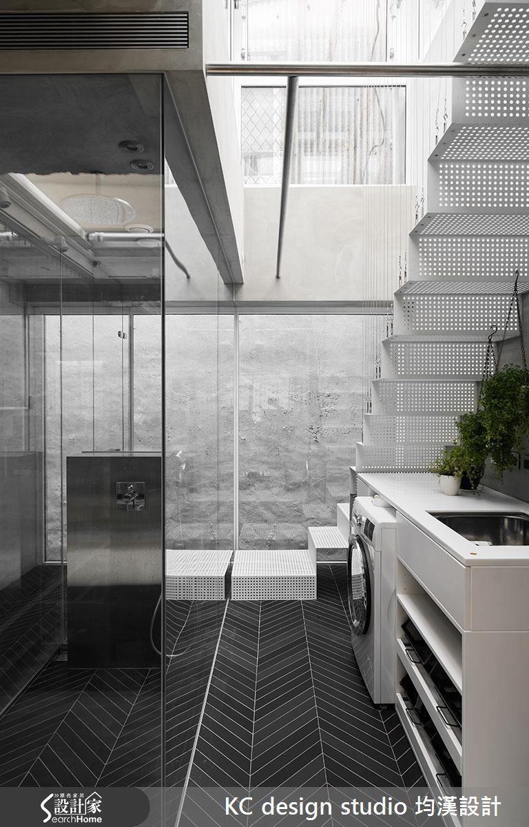 在往天台的樓梯下方,利用畸零空間打造洗衣工作區。