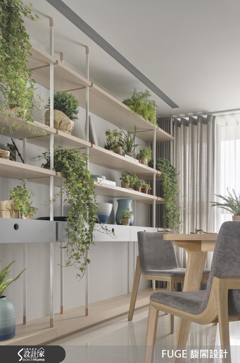 在不同的櫃位相間的擺放垂墜式常春藤與俐落的腎蕨盆栽,再搭配更小型的多肉植物,再收納之餘,創造生機盎然的端景牆。