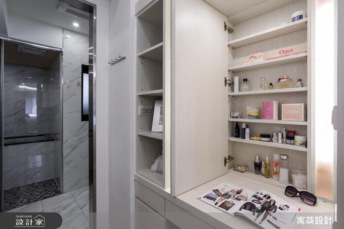 緊鄰衛浴旁的更衣室可做為收納香水及雜物的去處,同時做為梳妝台使用。