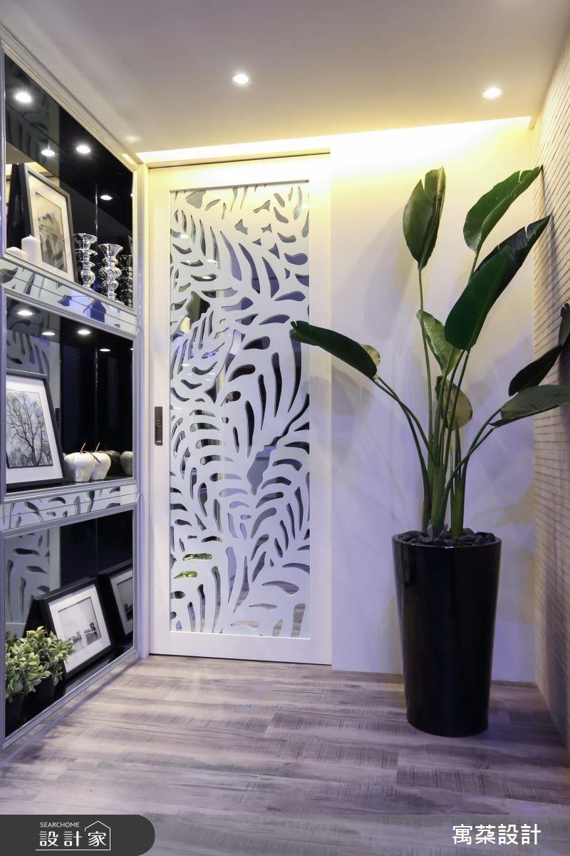 包覆結構柱而產生的畸零空間,也能選擇做為展示架,擺放收藏品。