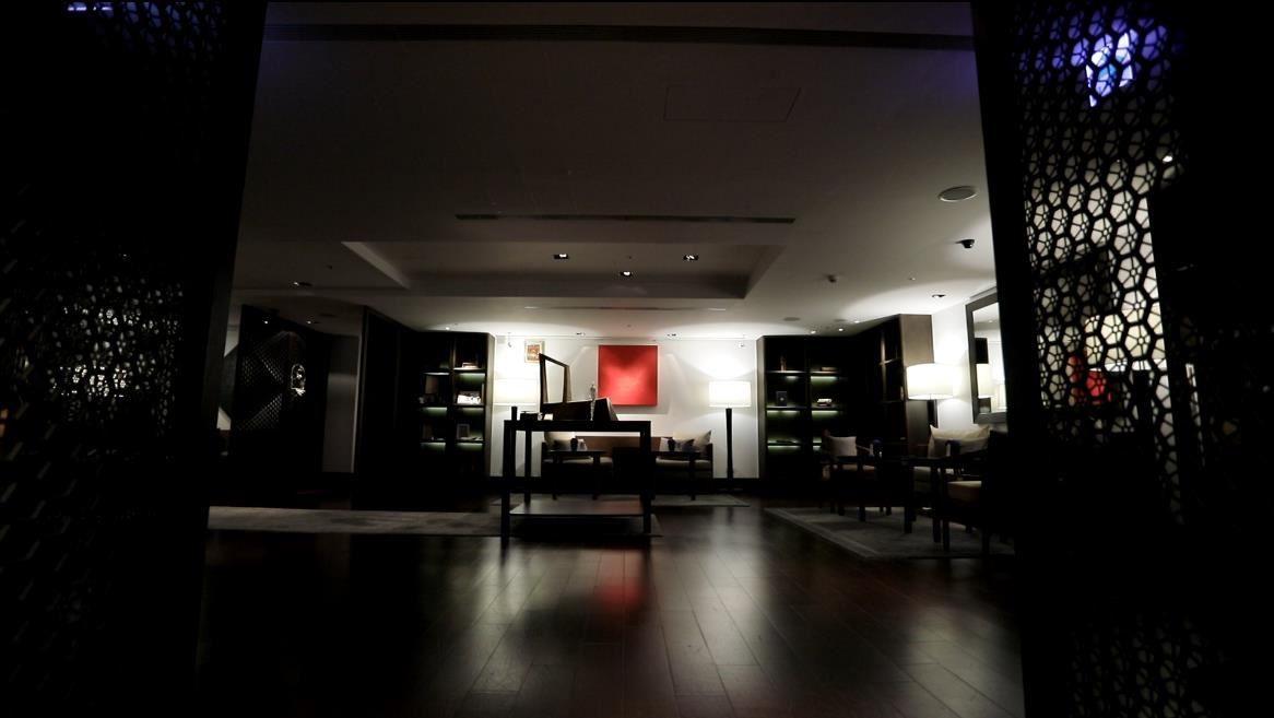 以深色實木鋪陳的中性色彩,建構出適合所有貴賓的空間。