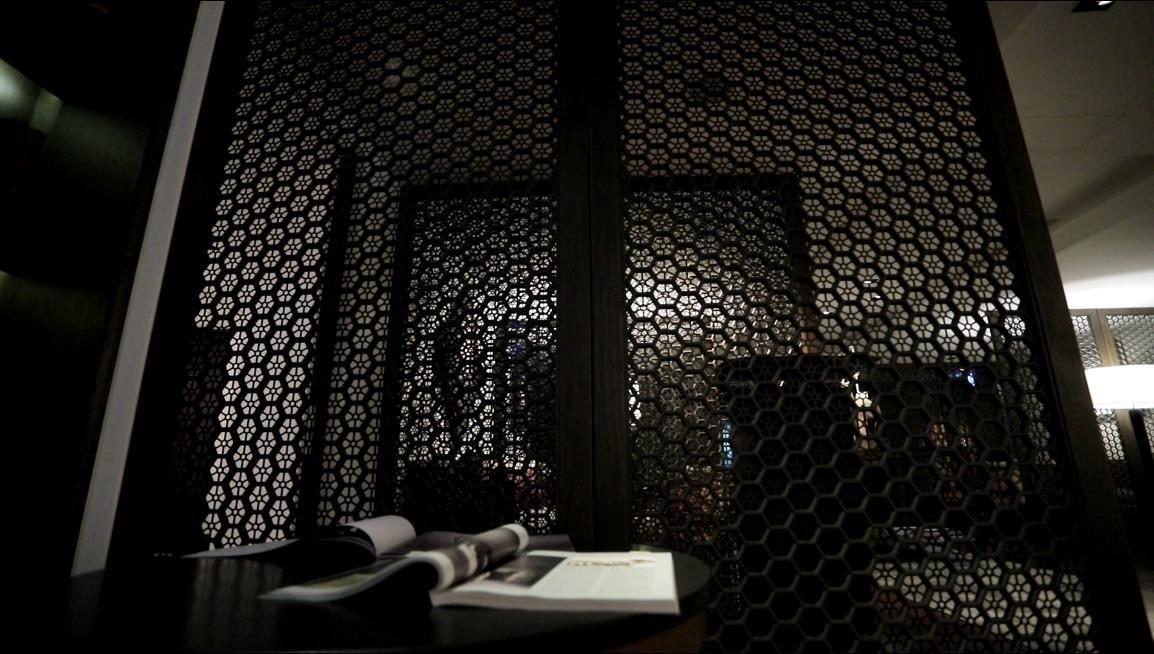 以甲骨文意象的圖騰,堆疊出復古氛圍,並成為屏風為貴賓隔出自己的休憩空間。