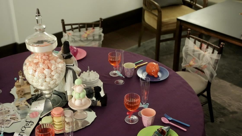 小紳士與小淑女的桌椅也相當講究,同樣品質的設計家具,依照比例縮小成為紳士與淑女優雅餐桌。